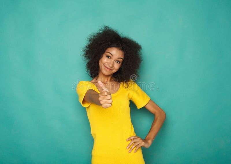 Jonge mooie vrouw met duim op portret royalty-vrije stock afbeelding