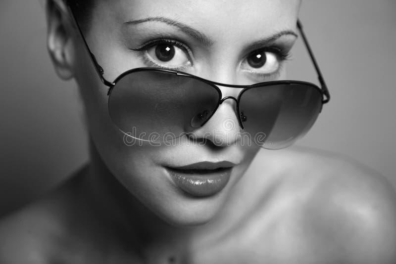 Jonge mooie vrouw met glazen royalty-vrije stock afbeelding