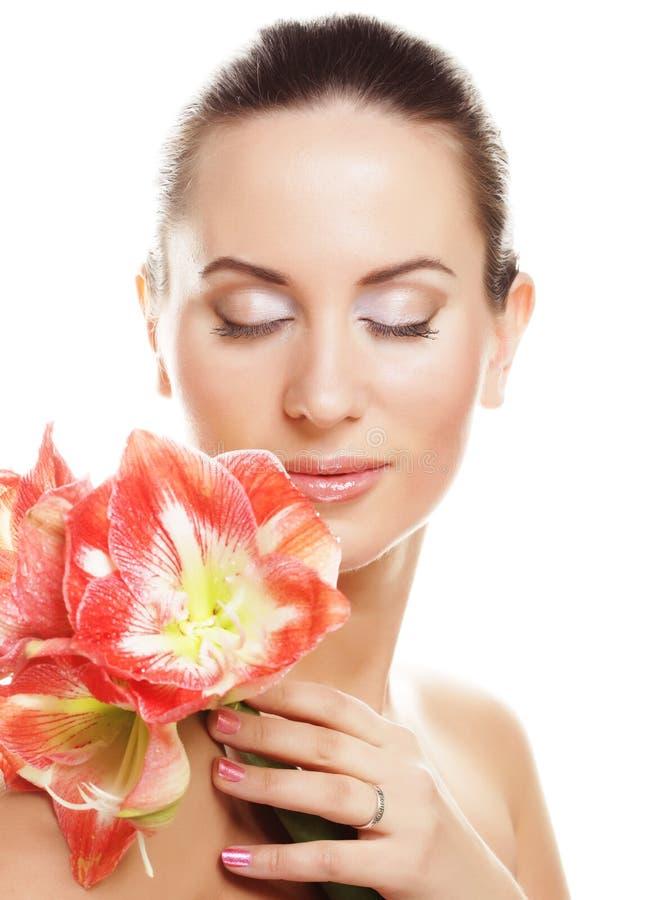 Jonge mooie vrouw met grote roze bloemen stock afbeeldingen
