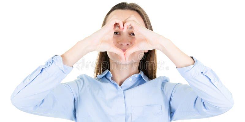 Jonge mooie vrouw met handen die in het teken van de hartvorm worden geschikt royalty-vrije stock foto