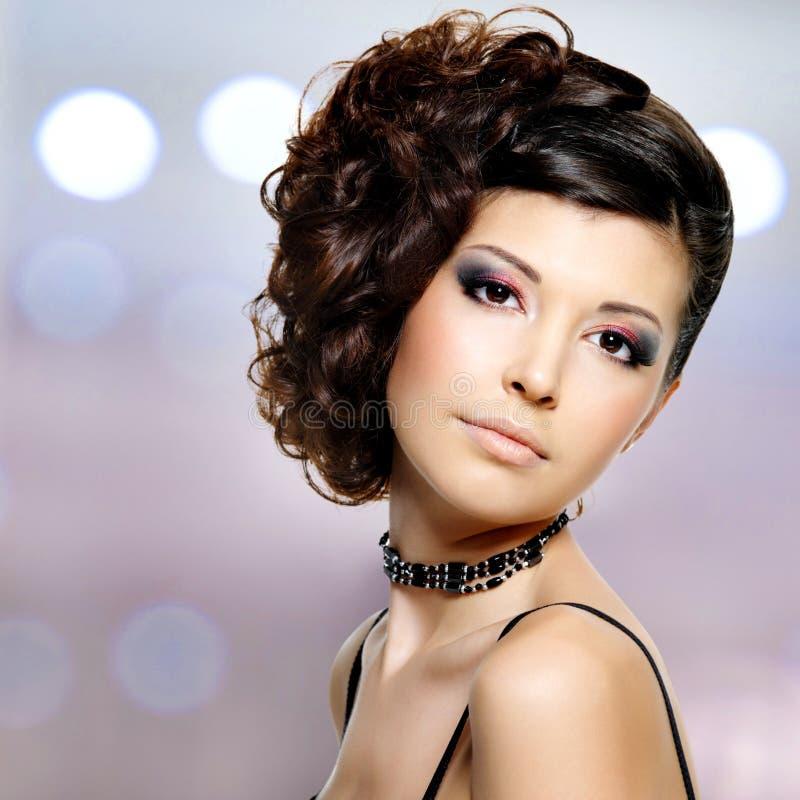 Jonge mooie vrouw met modern kapsel royalty-vrije stock afbeeldingen