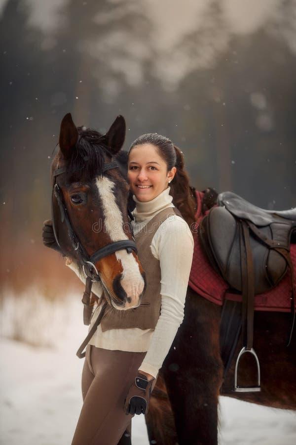 Jonge mooie vrouw met paard openluchtportret bij de lentedag stock afbeelding