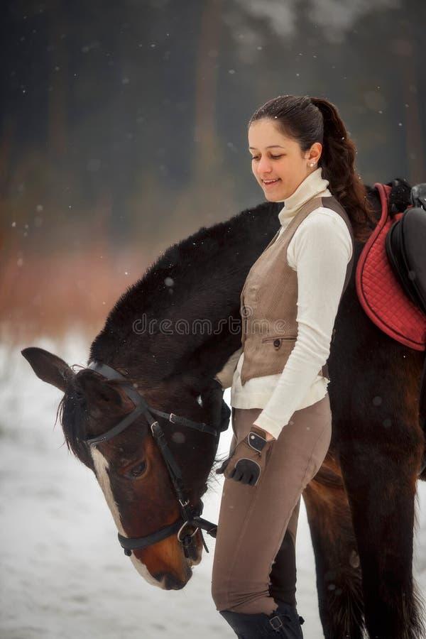 Jonge mooie vrouw met paard openluchtportret bij de lentedag stock foto's