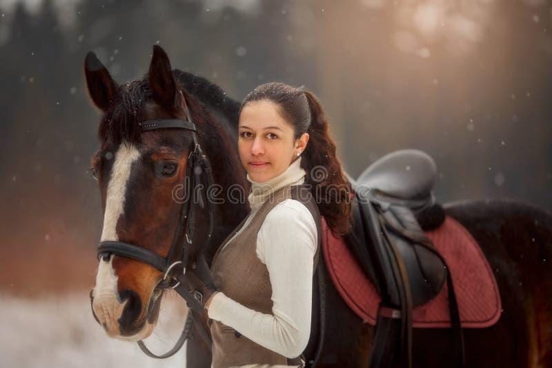 Jonge mooie vrouw met paard openluchtportret bij de lentedag stock afbeeldingen