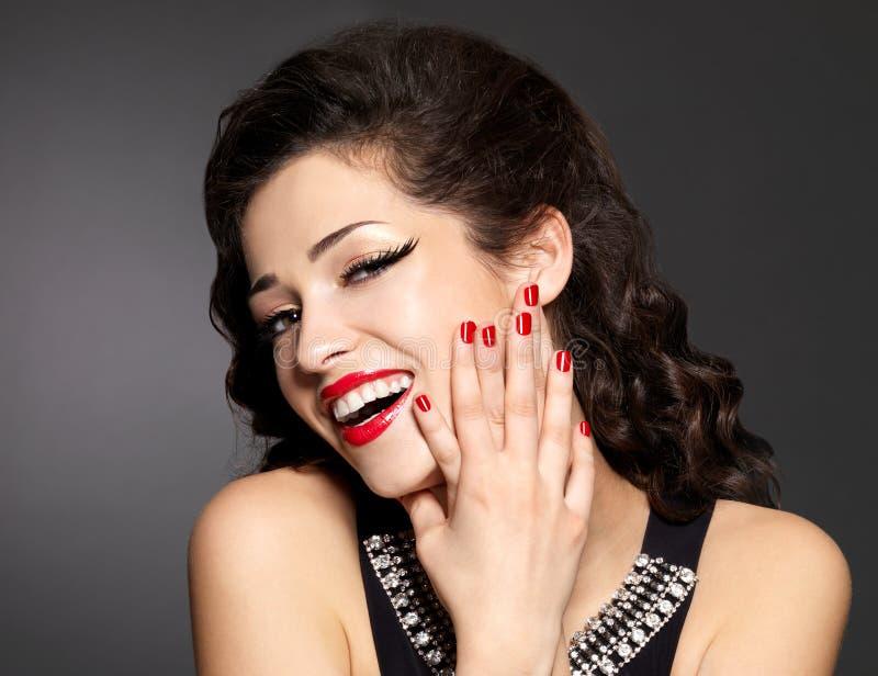 Jonge mooie vrouw met rode manicure en lippen royalty-vrije stock foto