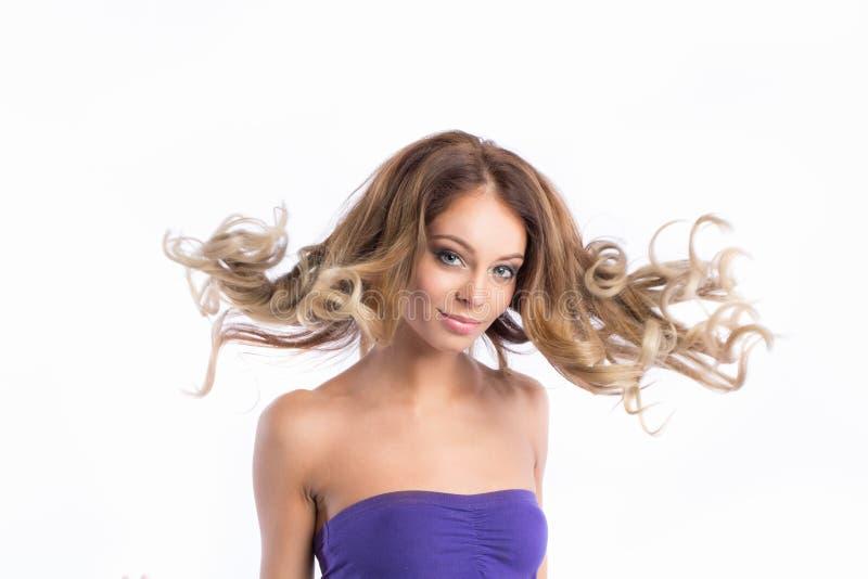 Jonge mooie vrouw met schitterend haar in de wind stock foto's