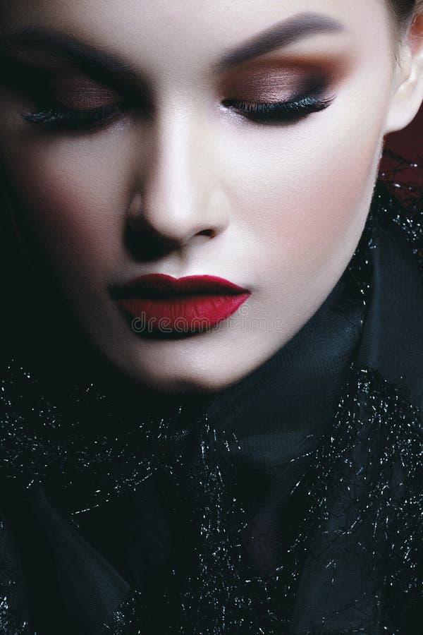 Jonge mooie vrouw met schone perfecte huid in zwart netwerk kerc stock foto's