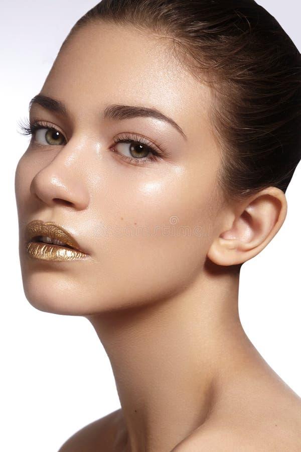 Jonge Mooie Vrouw met schone zachte Huid, heldere gouden Lippenmake-up Perfecte wenkbrauwenvormen Dagsamenstelling royalty-vrije stock foto