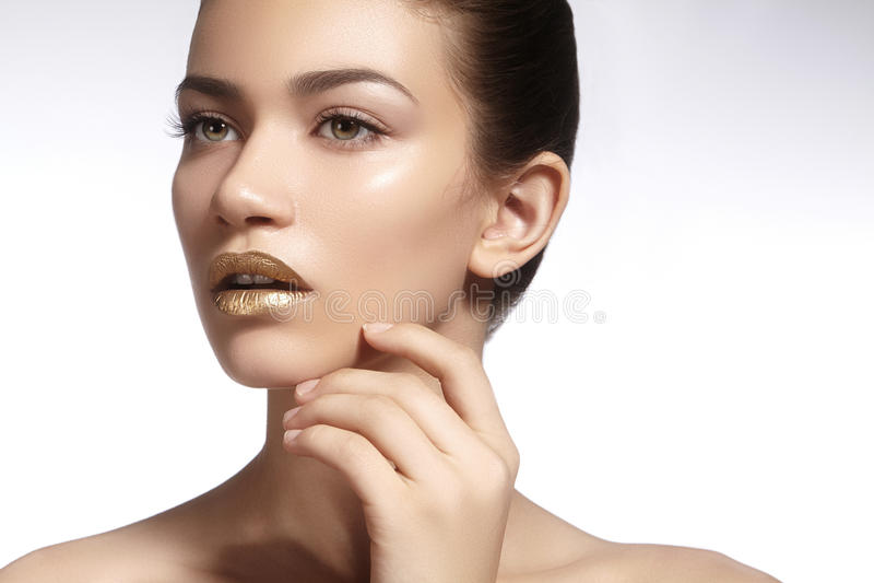 Jonge Mooie Vrouw met schone zachte Huid, heldere gouden Lippenmake-up Perfecte wenkbrauwenvormen Dagsamenstelling royalty-vrije stock fotografie
