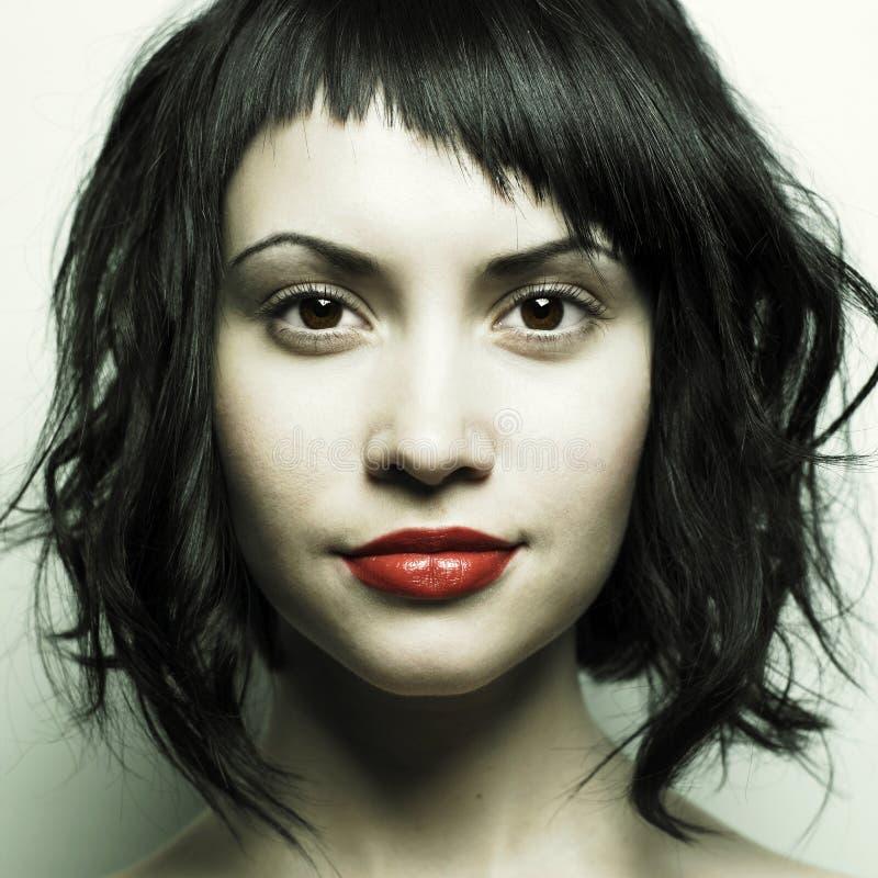 Jonge mooie vrouw met strikt kapsel stock afbeelding