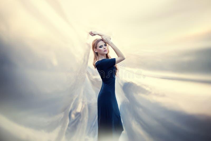 Jonge mooie vrouw op abstracte achtergrond royalty-vrije stock afbeeldingen