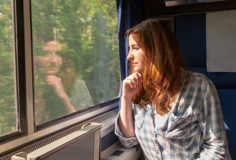 Jonge mooie vrouw op een trein stock afbeeldingen