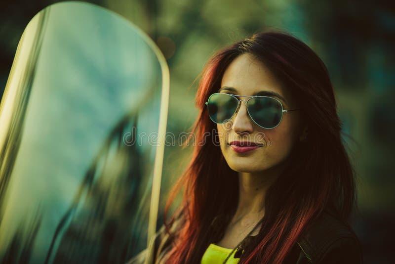 Jonge mooie vrouw op motorfiets royalty-vrije stock foto