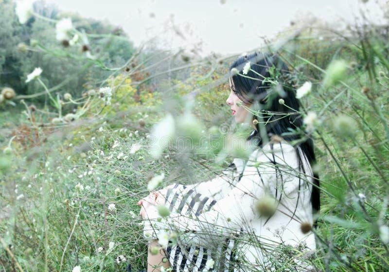Jonge Mooie Vrouw in openlucht royalty-vrije stock foto's
