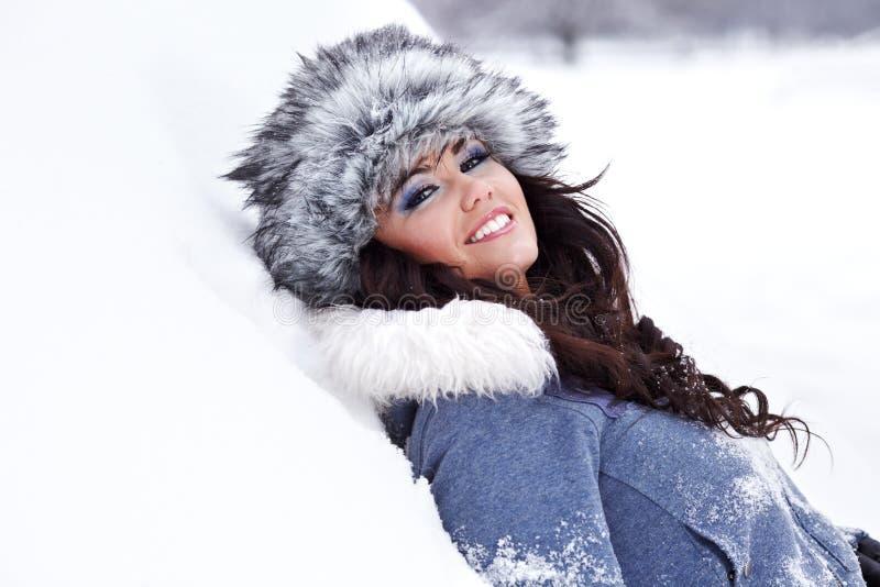 Jonge mooie vrouw openlucht in de winter royalty-vrije stock afbeelding