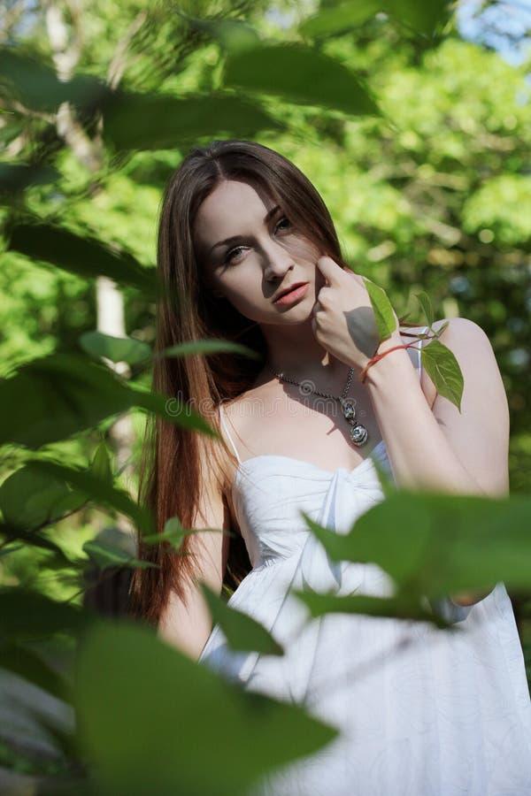 Jonge mooie vrouw in park royalty-vrije stock foto