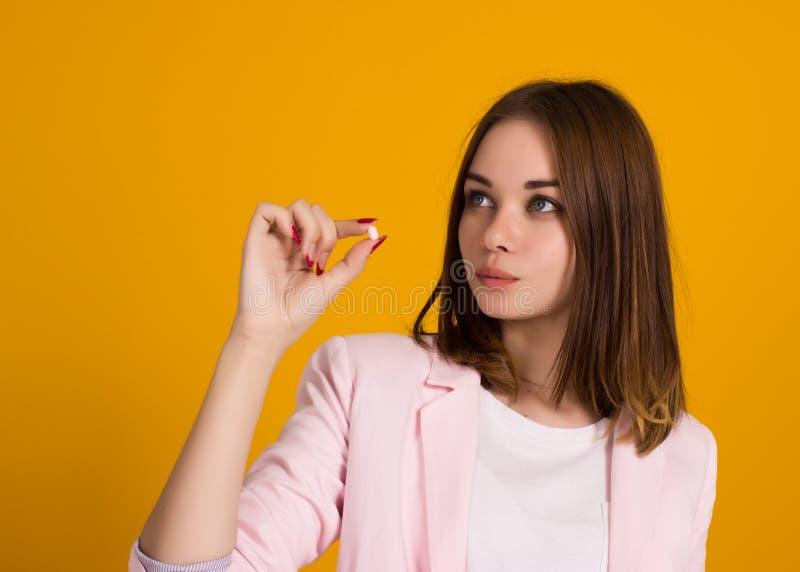 Jonge mooie vrouw, pil, studio stock foto