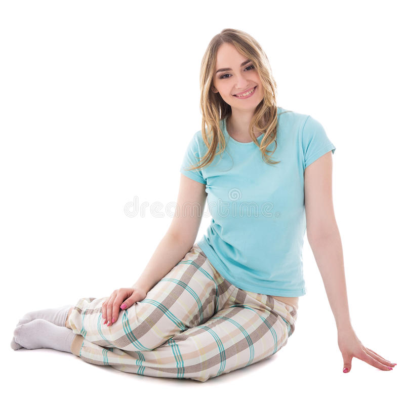 Jonge mooie vrouw in pyjama's zitten geïsoleerd op wit stock foto