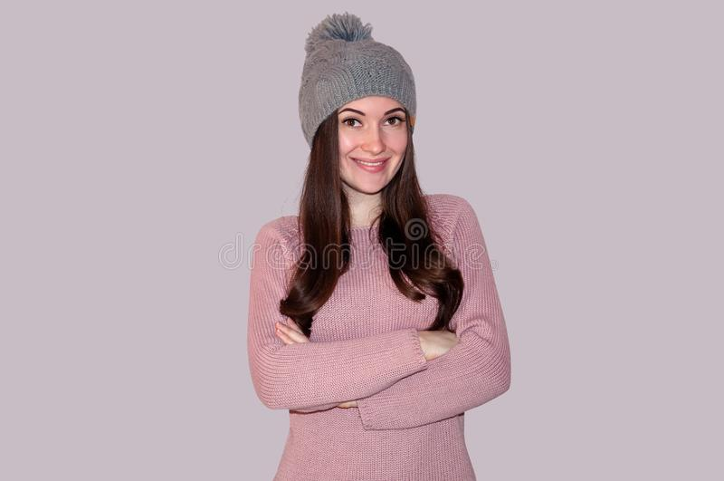 Jonge Mooie Vrouw in Sweater en Gebreide Hoed op Grey Background Het concept van de winter royalty-vrije stock foto's