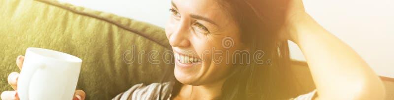 Jonge Mooie Vrouw van het portret de Romantische Donkere Haar royalty-vrije stock afbeelding