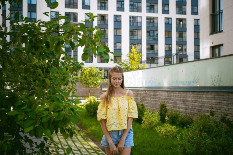 Jonge mooie vrouw, warme de zomer zonnige dag royalty-vrije stock afbeelding