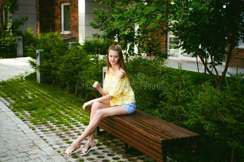 Jonge mooie vrouw, warme de zomer zonnige dag stock fotografie