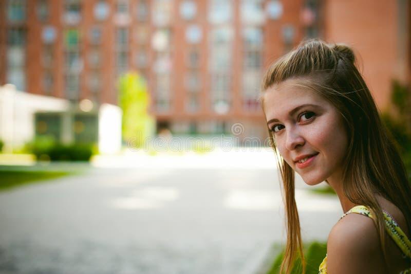 Jonge mooie vrouw, warme de zomer zonnige dag royalty-vrije stock afbeeldingen