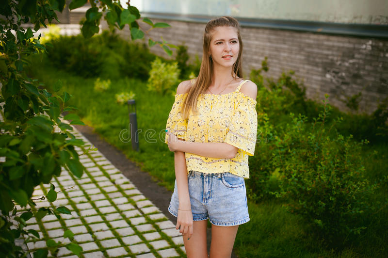 Jonge mooie vrouw, warme de zomer zonnige dag stock afbeelding