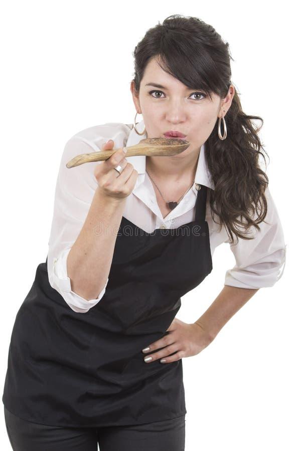Jonge mooie vrouwelijke chef-kok die zwarte schort dragen stock fotografie