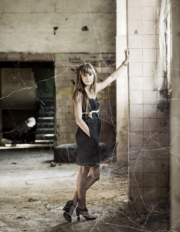 Jonge mooie vrouwen binnen krottenwijkhuis stock foto