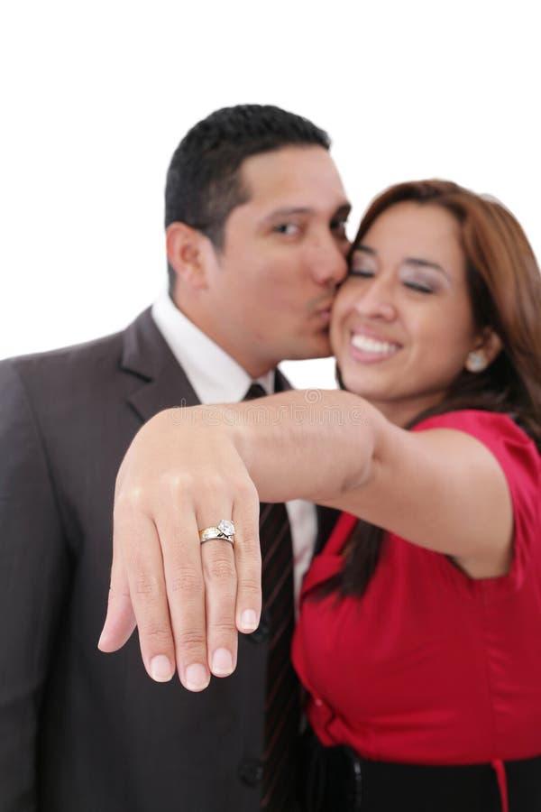 Vrouw die haar verlovingsring tonen stock afbeeldingen