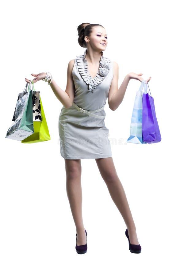 Jonge mooie vrouwen met haar het winkelen zakken stock fotografie