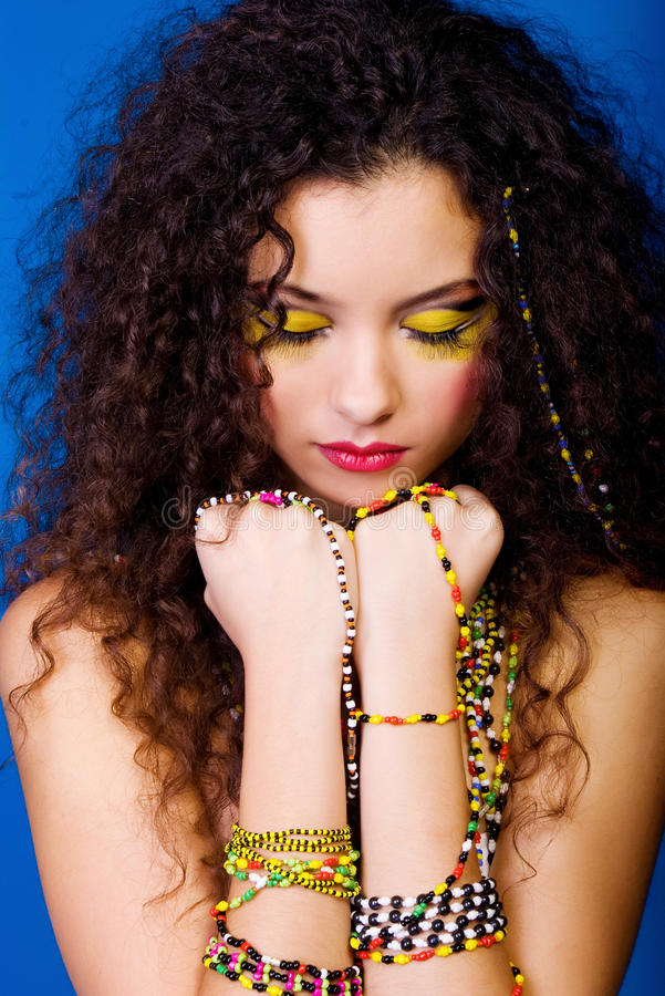 Jonge mooie vrouwen met kleurrijke parels stock fotografie