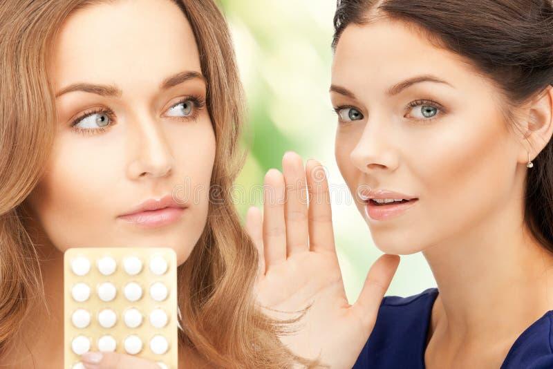 Jonge mooie vrouwen met pillen stock foto