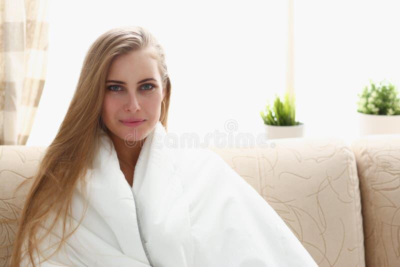 Jonge mooie vrouwenontwaken in de ochtend royalty-vrije stock afbeelding