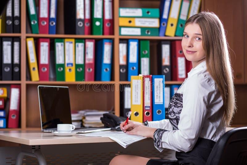 Jonge Mooie Zaken Dame Portrait die bij Bureau werken stock foto