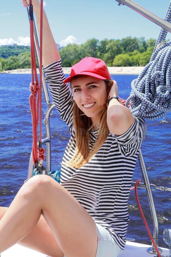 Jonge mooie zeemansvrouw stock afbeelding