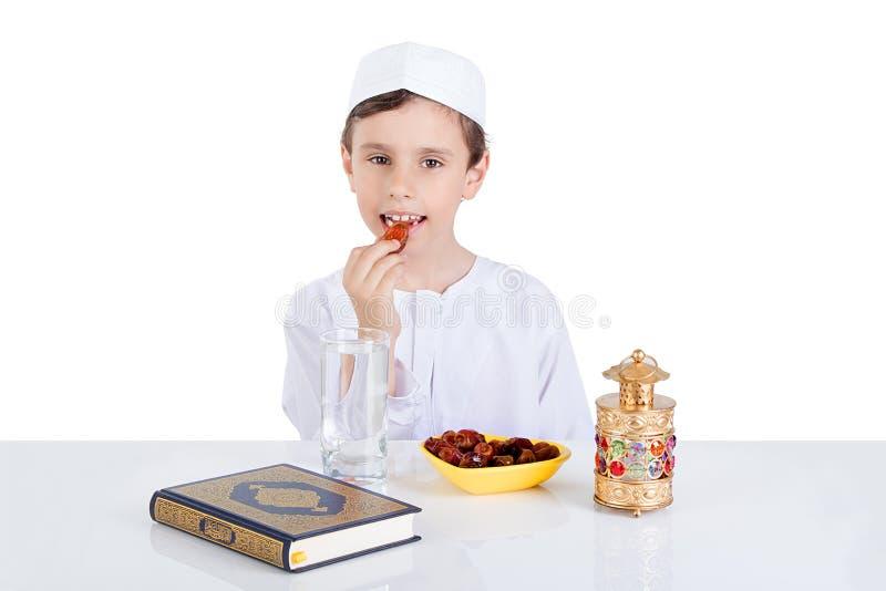 Jonge Moslimjongen die data voor brakfast in Ramadan eten royalty-vrije stock foto