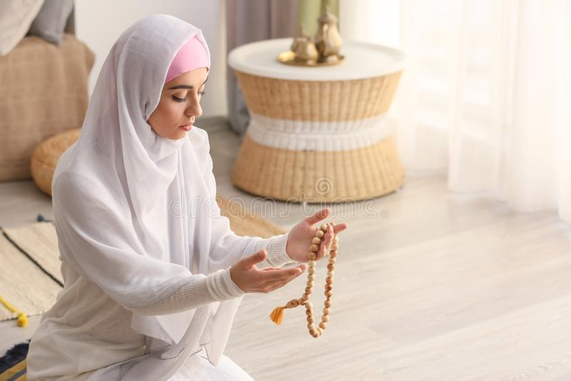 Jonge Moslimvrouw die thuis bidt stock afbeeldingen