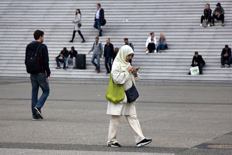 jonge Moslimvrouw in een headscarf in het stadsvierkant stock afbeeldingen
