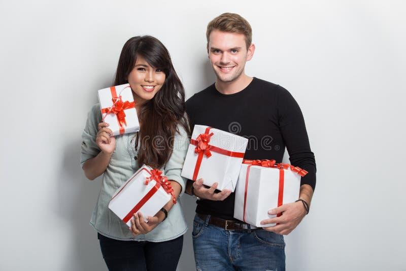 Jonge multiculturele paar het vieren gebeurtenis royalty-vrije stock afbeelding