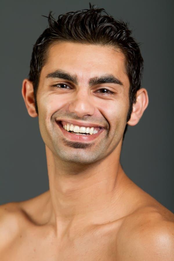 Jonge multiraciale mens met gelukkige glimlach stock foto's