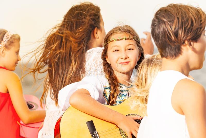 Jonge musici en meisjessolist het spelen gitaar stock foto's