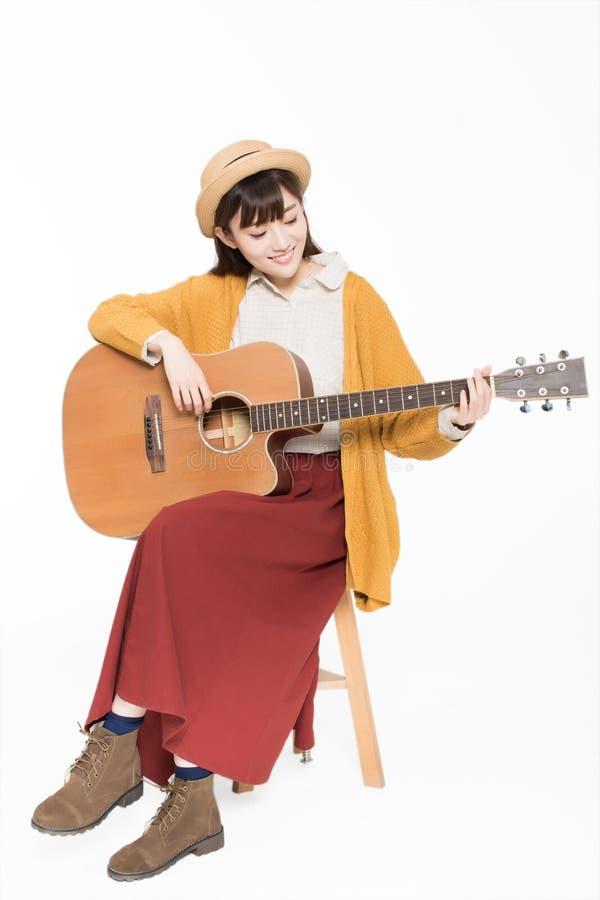 Jonge musicus die een gitaar houden stock afbeelding