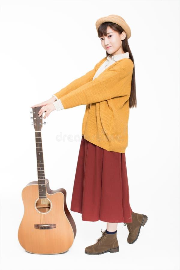 Jonge musicus die een gitaar houden royalty-vrije stock foto