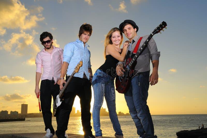 Jonge muzikale band die in openlucht stelt royalty-vrije stock foto's