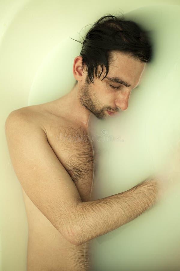 Jonge naakte kerel in een bad royalty-vrije stock afbeeldingen