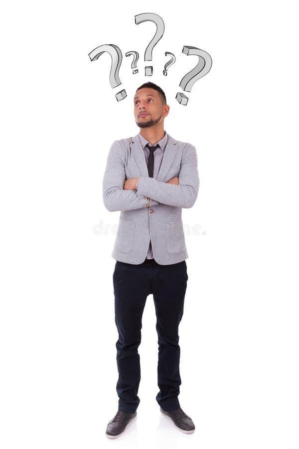 Jonge nadenkende Afrikaanse Amerikaanse mens die door vraag ma wordt omringd stock foto's