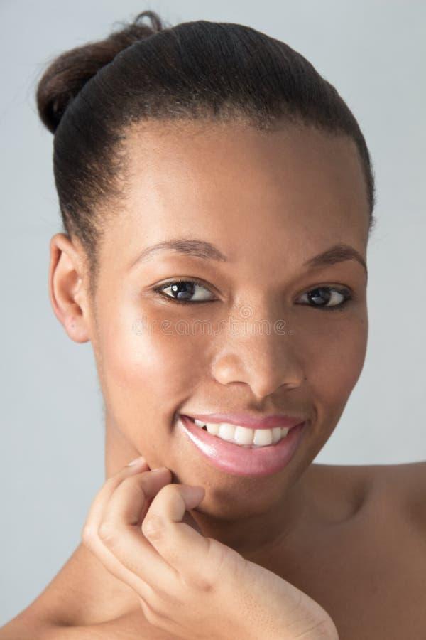 Jonge Natrual die Afrikaanse Amerikaanse Vrouw kijken stock foto