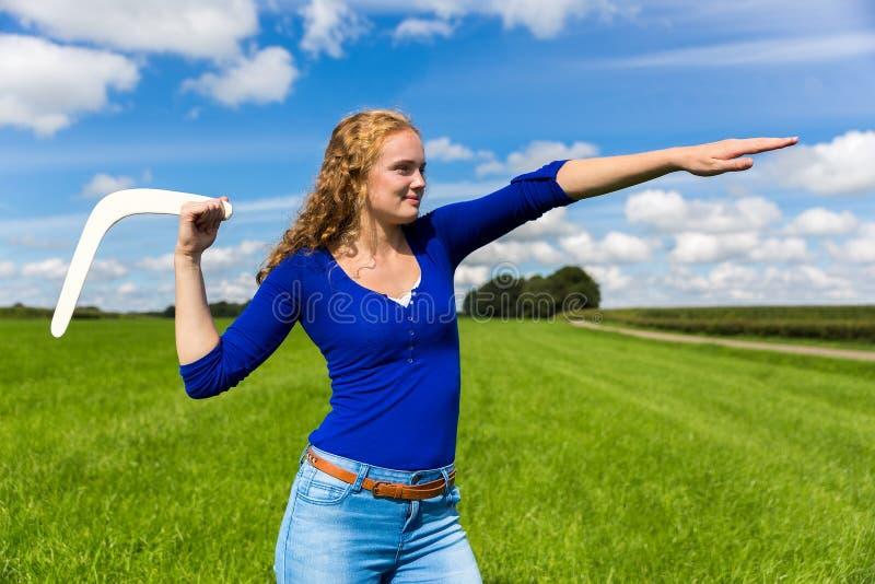 Jonge Nederlandse vrouw die boemerang werpen stock foto's